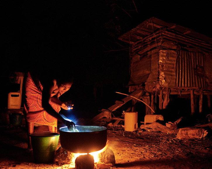 Mother cooking by fire, Modiya