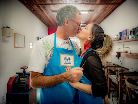 Atriz Letícia Tomazella faz as alianças de casamento no Noivos Ourives