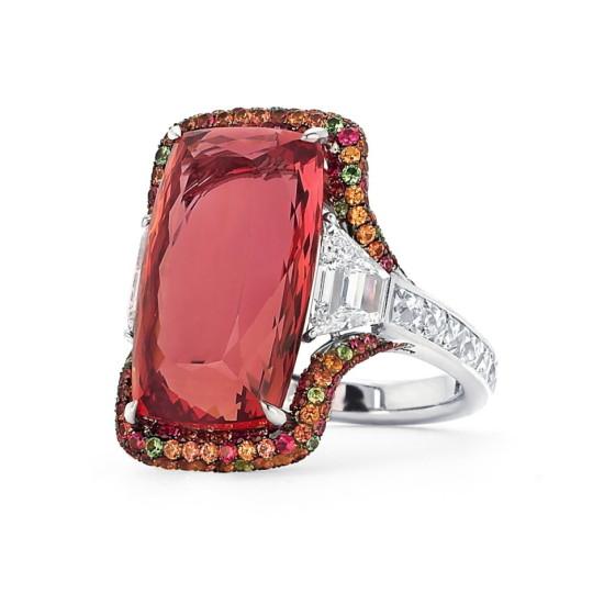 O anel de Martin Katz com Topázio Imperial: a pedra brasileira conquistou o mundo e é sinônimo de elegância e glamour.