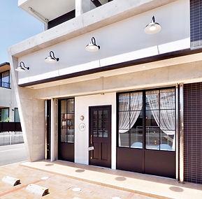 美容室・理容室・サロン・クリニックの店舗デザイン、設計、内装デザイン、内装工事実績紹介。 リフォーム・リノベーションもお任せ下さい。激安工事、格安工事。奈良の美容室外装写真。