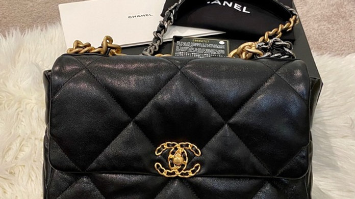 Chanel 19 medium classic flap - Like New