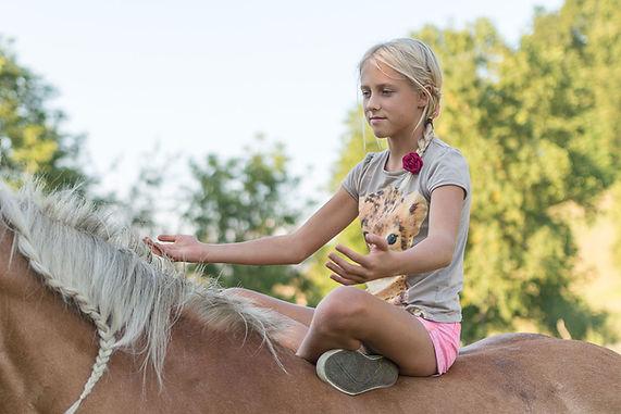 geborgen auf dem Rücken des Pferdes