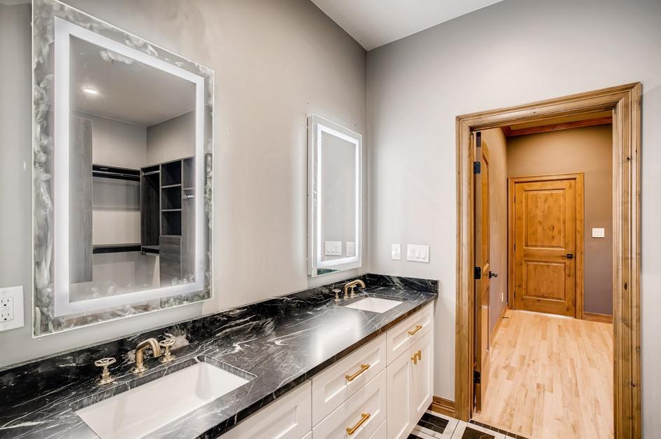 33 Master BathroomC.jpg