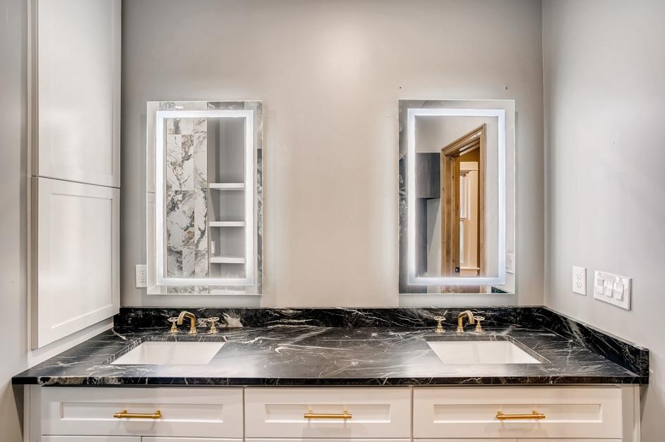 31 Master BathroomC.jpg