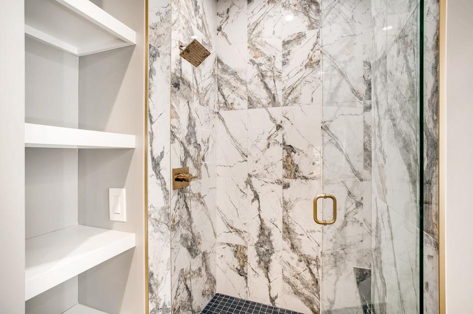 32 Master BathroomC.jpg