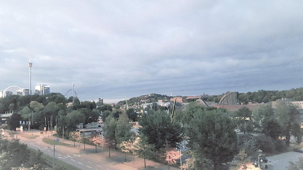 Utsikt över trädtoppar. Lisebergstornet och Gothia Towers längst ut till vänster