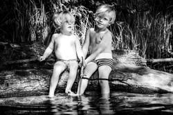 Jungs beim angeln am See