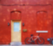赤い壁に自転車