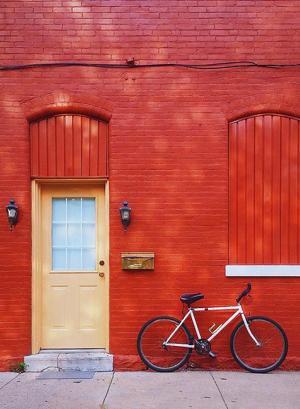 Fahrrad gegen eine rote Wand