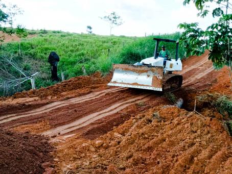 Os trabalhos não param – Prefeitura recupera pontos críticos em ramais de Epitaciolândia