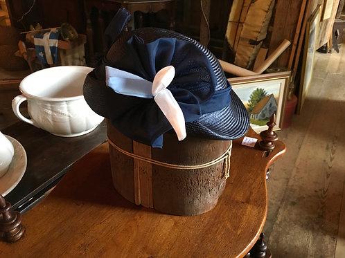 Petit chapeau coque bleu  avec ruban circa 1920