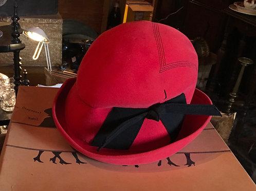 Chapeau cloche rouge avec ruban circa 1920