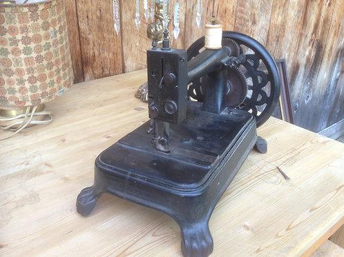 Rare machine à coudre en fonte XIX siècle à pattes de Lion