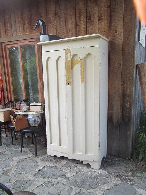 Armoire centenaire avec portes à mofits d'ogives