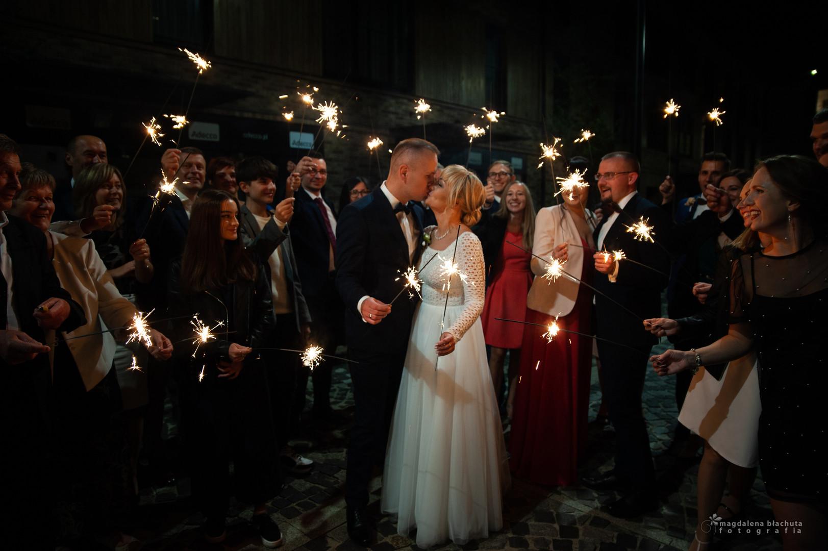 mblachuta_zdjecie z zimnymi ogniami ślub