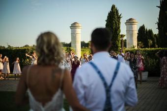 Les mariés pendant une animation extérieure