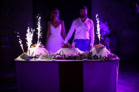 Les mariés devant leur gâteau