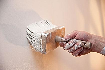 Ein Maler in Zürich streicht die Wand