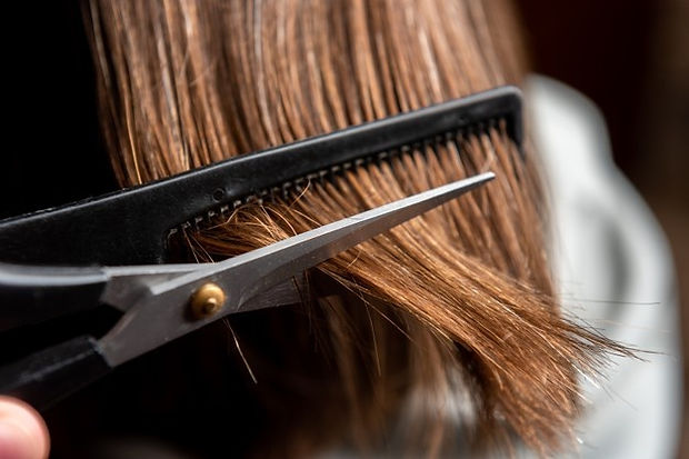 close-up-woman-hair-salon_176402-3942.jp