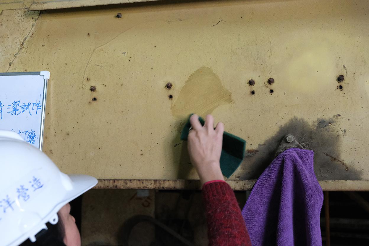 噴塗WD-40後立即使用菜瓜布刷洗