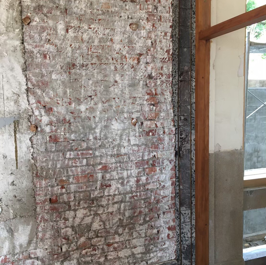 柱體與磚牆相接