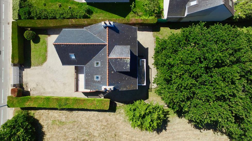 Vue aérienne par drone d'une maison à vendre à Carnac