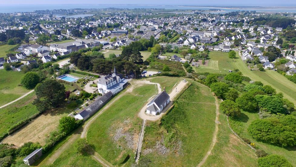 Vue aérienne par drone de la Chapelle de St Michel à Carnac