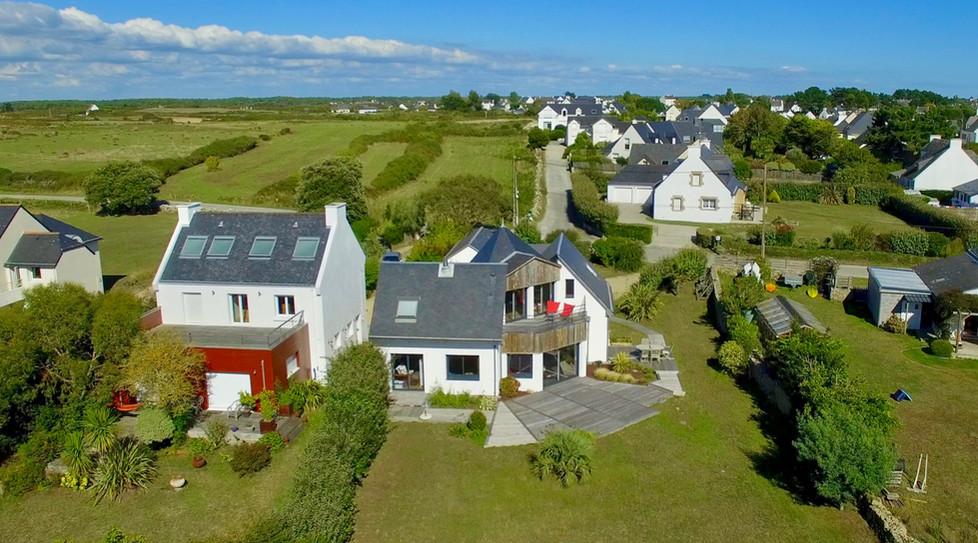 Vue aérienne par drone d'une maison à vendre à Plouharnel