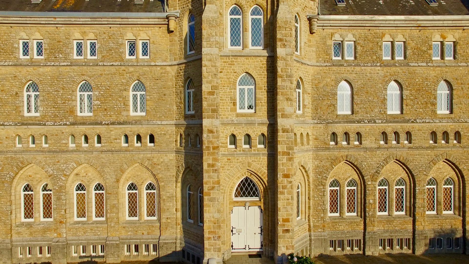 Vue aérienne par drone de la façade de l'Abbaye de Kergonan à Plouharnel