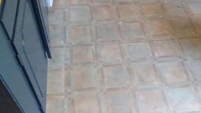 Ett kök som fått nytt golv och lackade köksluckor i Stockholm.