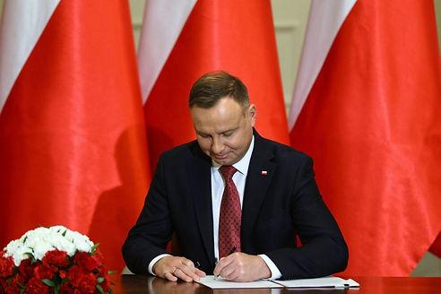 Andrzej-Duda-podpisuje-ustawe.jpg