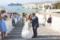 wedding couple kissing in mykonos