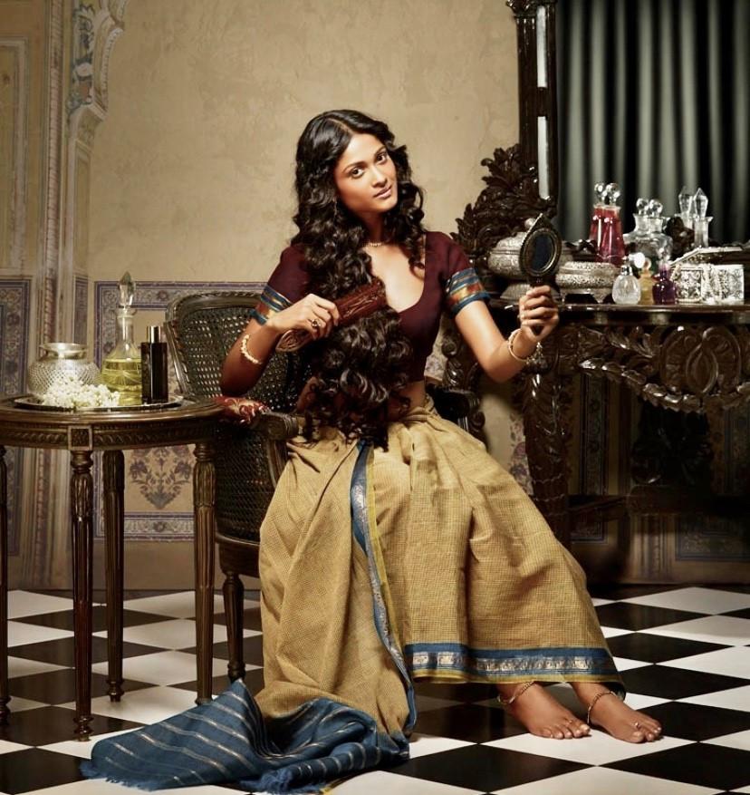 Femme indienne et sa routine de soins capillaires
