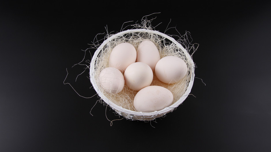 Weisse Eier von braunen Hühner