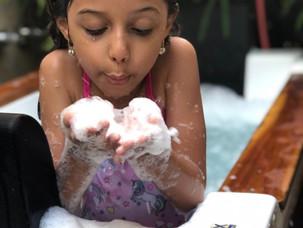 Crianças aproveitam spa em casa