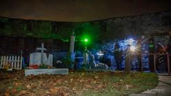cimetière éclairé avec zombies