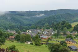 village avec brume et arbres