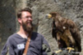 Fauconnier avec son aigle sur son bras