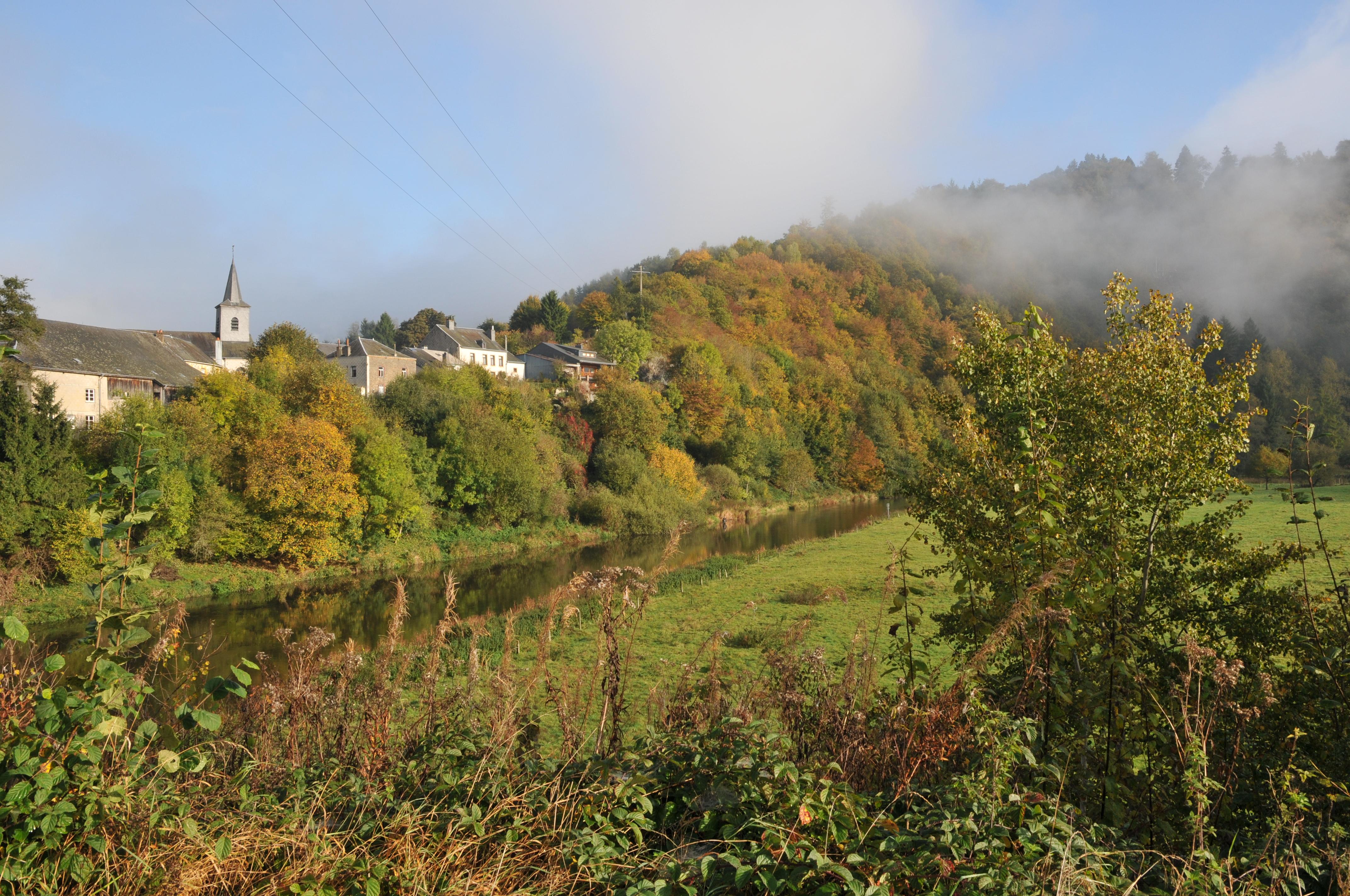 Village en automne en brume