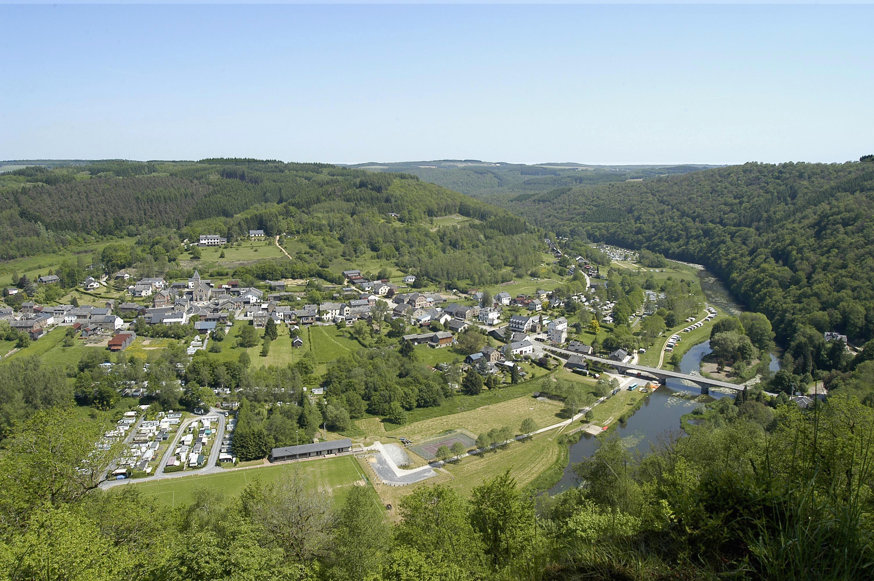 vue sur village avec pont et rivière