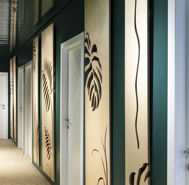 יחידות קיר בחיתוכי CNC במסדרון, משרדי ZER4Y, עיצוב אסנת ברק