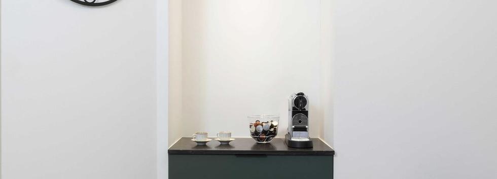 """פינת קפה בחדר מנכ""""ל (בארון המקרר)"""