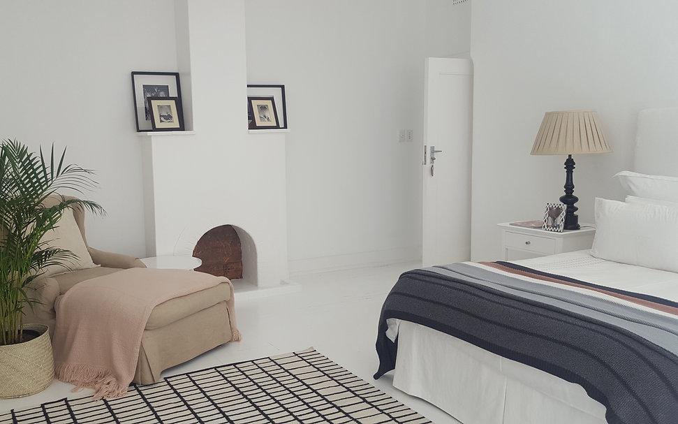 Sarah Watermeyer Design Minimalist bedroom with simple pastel decor