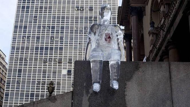 Campanha de doação de órgãos coloca homens de gelo nas ruas