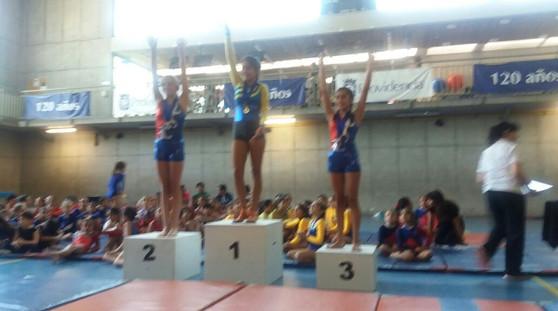 Premiación Nivel 1 franja 3  suelo. Segundo lugar Javiera Sotomayor. Tercer lugar Valentina Quenaya.