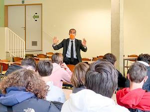 """Staatssecretaris Mahdi debatteert met laatstejaars: """"jongeren zijn kritischer en inhoudelijker"""""""