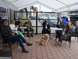 """Sammy Mahdi en Pamuk genieten van eerste terrasje: """"Dat eerste pintje smaakt anders dan thuis"""""""