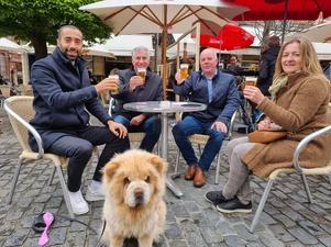 Tournée Générale: Staatssecretaris Sammy Mahdi geniet samen met hond Pamuk van eerste terrasje