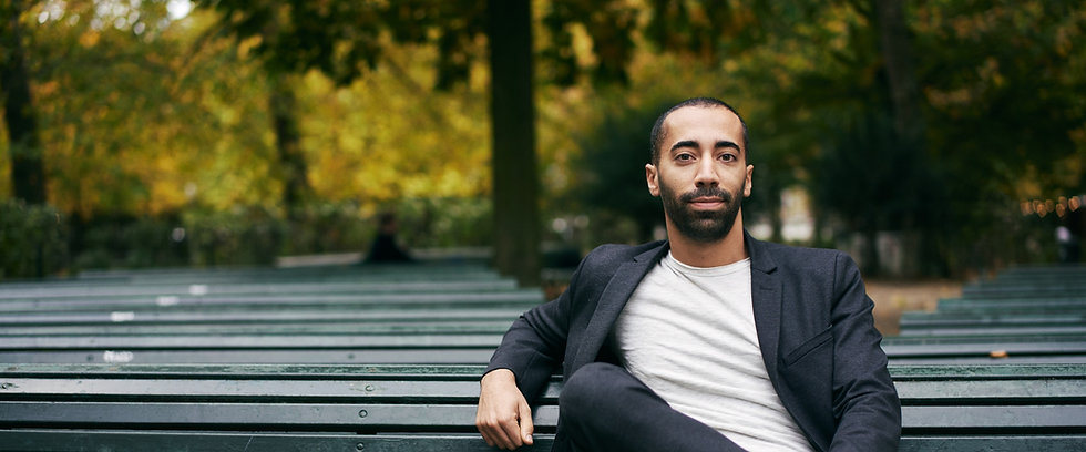 Sammy Mahdi op een bankje in het Warandepark te Brussel