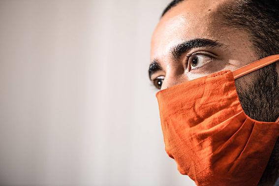 Sammy Mahdi draagt een oranje mondmasker van CD&V.jpg